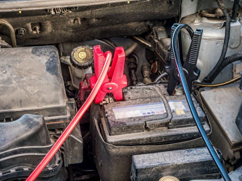 有两种跨接电线的汽车电池 库存照片
