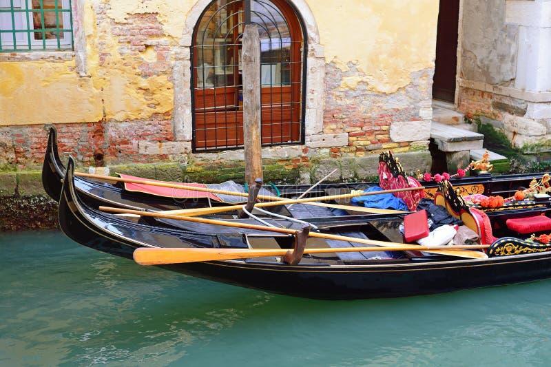 有两艘长平底船的运河在威尼斯,意大利 建筑学和landm 免版税图库摄影