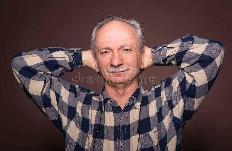 有严肃的表示的年长人 库存照片