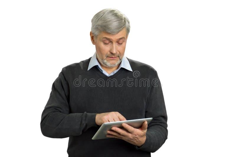 有个人计算机片剂的迷茫的成熟人 免版税库存图片