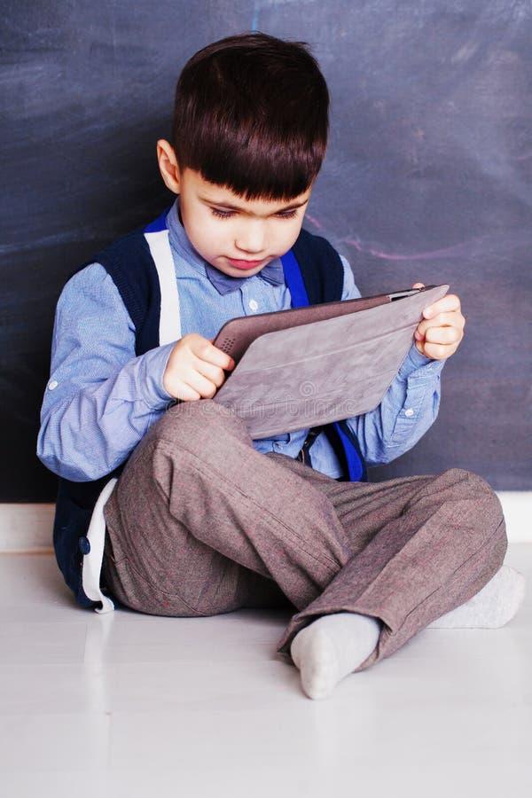 有个人计算机片剂的逗人喜爱的儿童男孩 库存图片