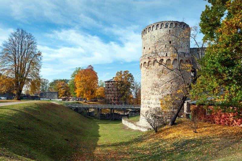 有中世纪城堡废墟的秋天公园在Cesis镇,拉脱维亚 库存图片