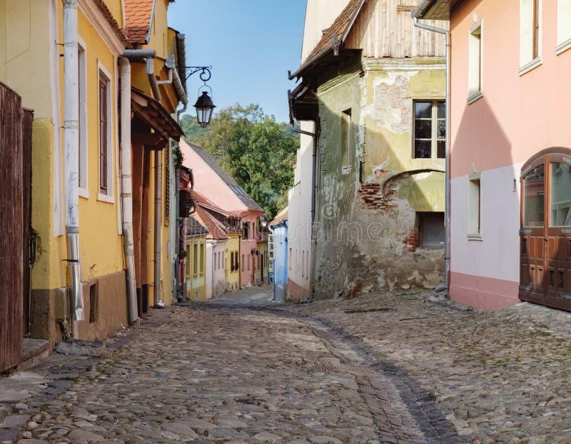 有中世纪房子的街道在Sighisoara,罗马尼亚 免版税库存图片