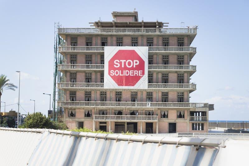 有中止solidere的抗议标志的圣乔治旅馆在贝鲁特,黎巴嫩 库存照片