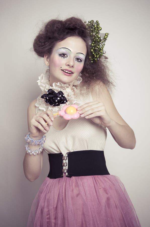 有丰富的头发的美丽的深色的女孩在芭蕾舞短裙sk穿戴了 免版税库存照片
