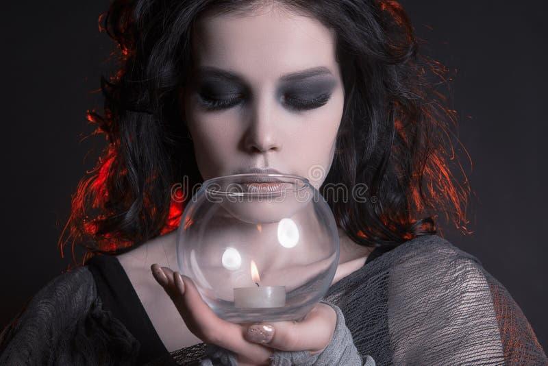 有举一个蜡烛的万圣夜构成的妇女 免版税库存图片