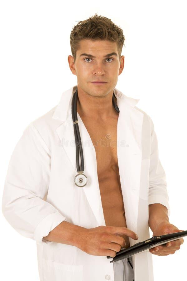 有举行片剂看的开放夹克的医生 图库摄影