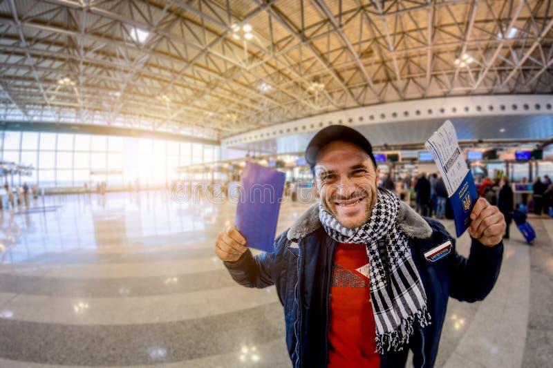 有乌克兰护照的一个人在机场享受免签证政权 软绵绵地集中 库存照片