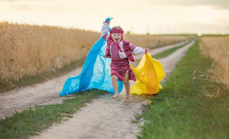 有乌克兰的旗子的女孩 免版税库存图片