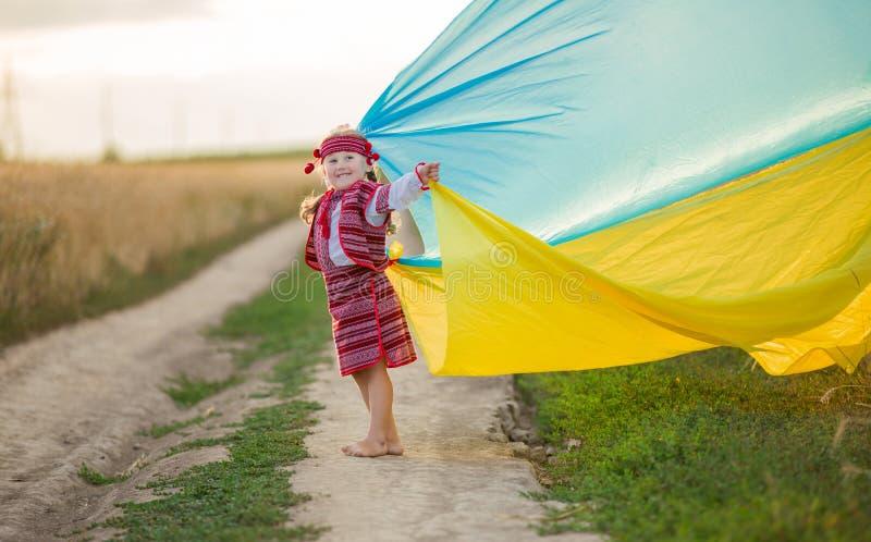 有乌克兰的旗子的女孩 图库摄影
