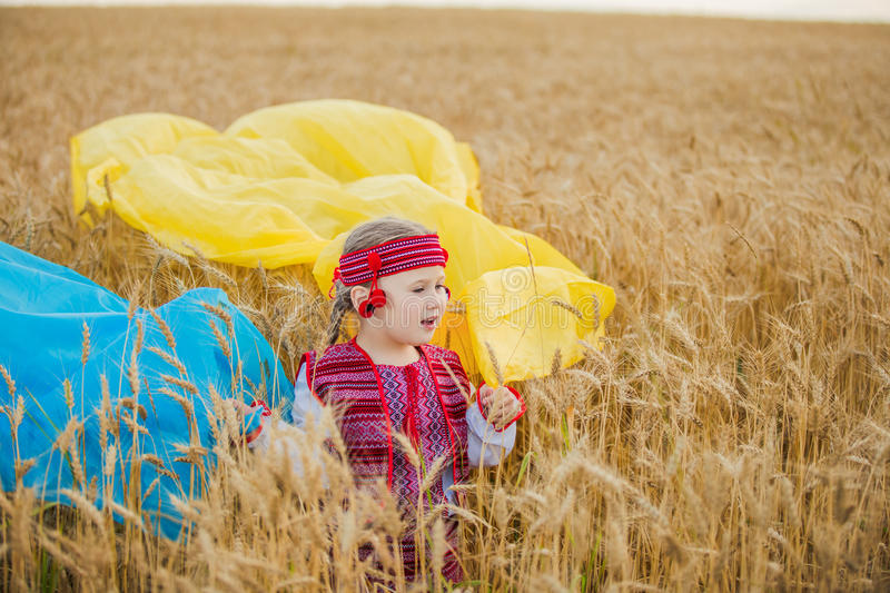 有乌克兰的旗子的女孩 免版税库存照片