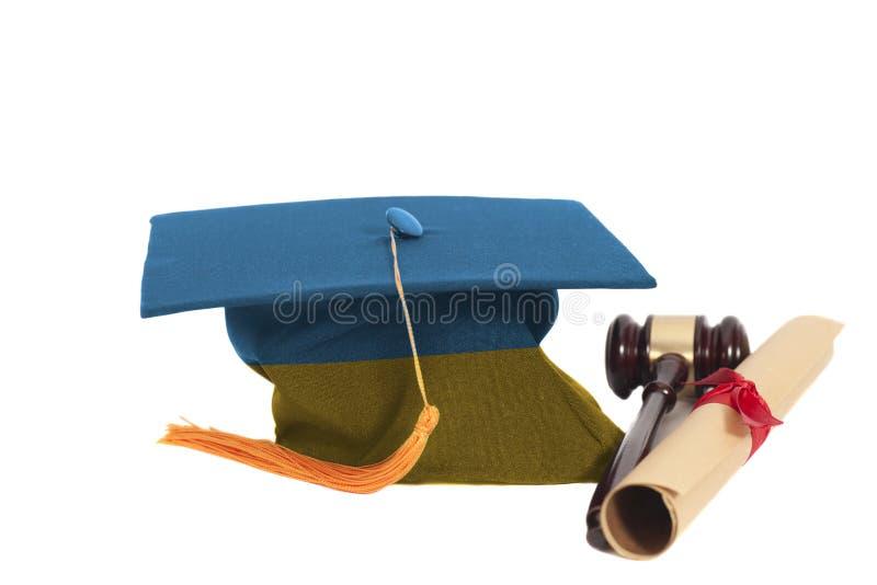 有乌克兰的旗子的毕业帽子有文凭和法官惊堂木的 免版税库存图片