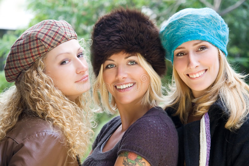 有乐趣的女孩户外年轻人 免版税库存照片