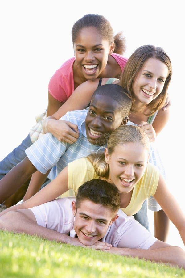 有乐趣的组户外少年 免版税库存照片