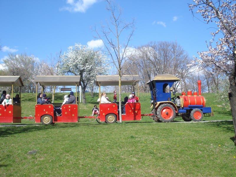有乘客的娱乐小火车在公园 库存图片