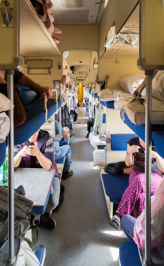 有乘客的第二等的支架俄国火车的 长途火车 图库摄影