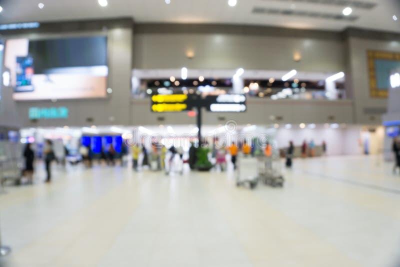 有乘客的运动的被弄脏的繁忙的国际机场 免版税库存照片
