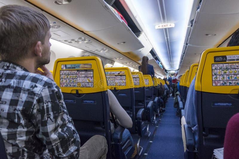 有乘客的飞机等待的位子的离开 免版税库存照片