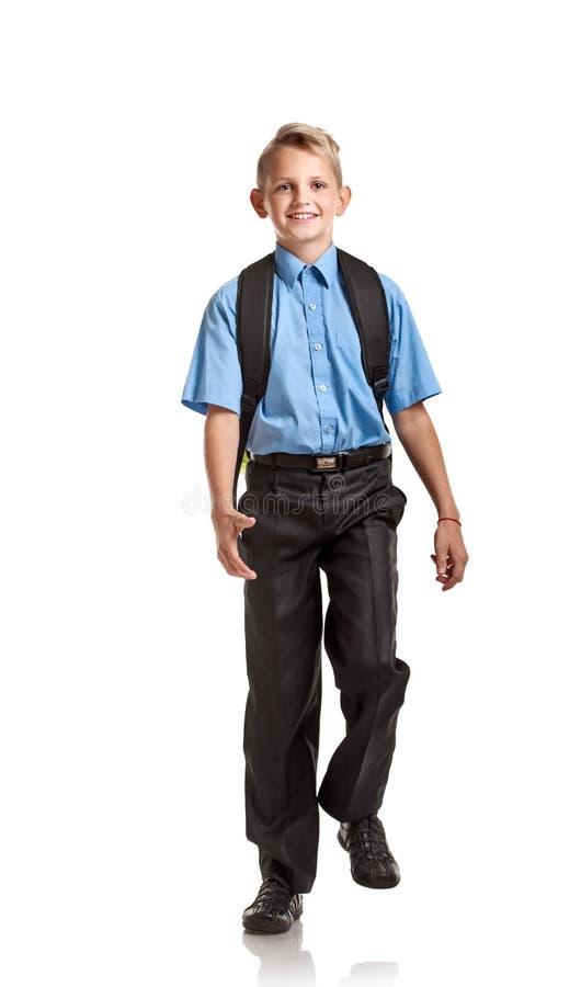 有书包前进的英俊的男孩 免版税库存照片