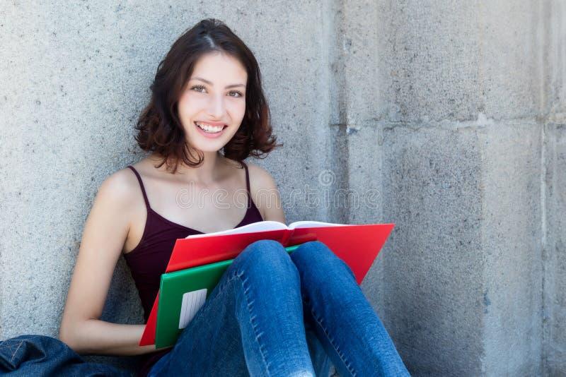 有书和长的黑发的女学生 库存照片