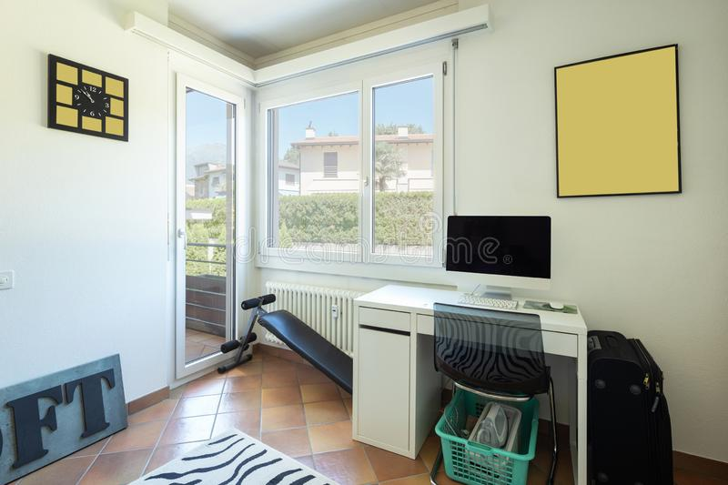 有书桌、计算机、窗口和阳台的演播室 免版税图库摄影