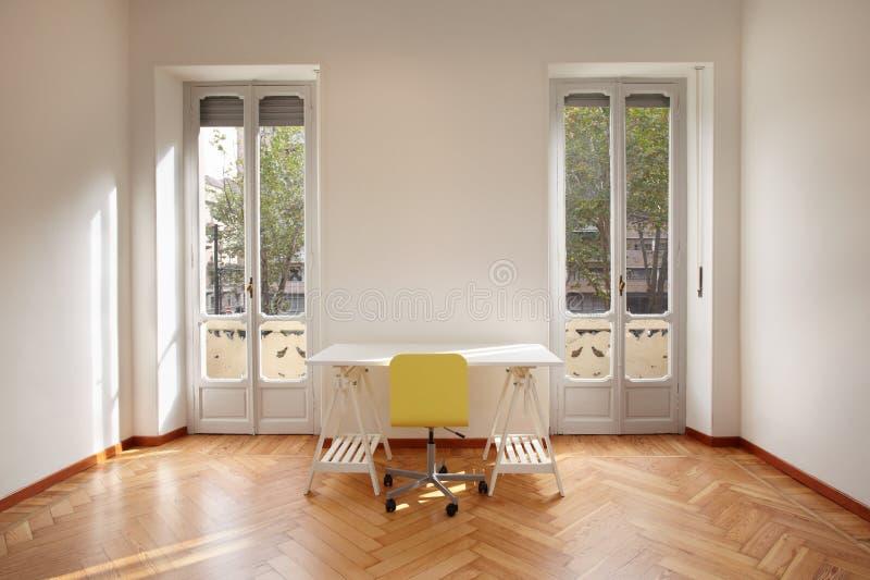 有书桌的现代新的公寓室 免版税库存照片