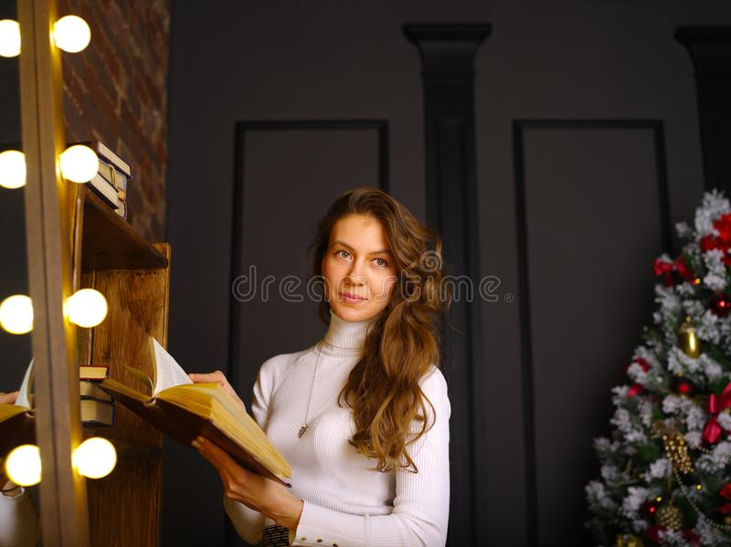 有书的一个女孩 免版税库存图片