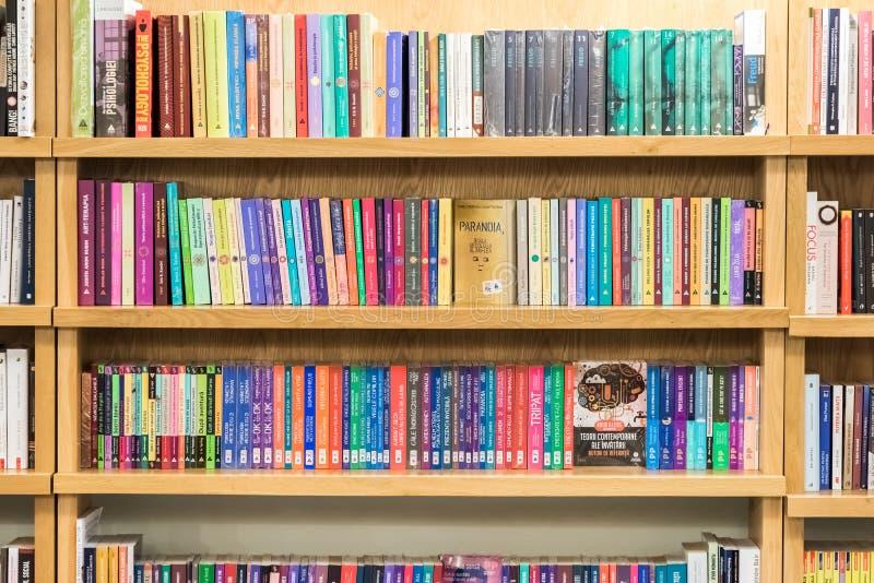 有书的书架在图书馆里 免版税库存图片