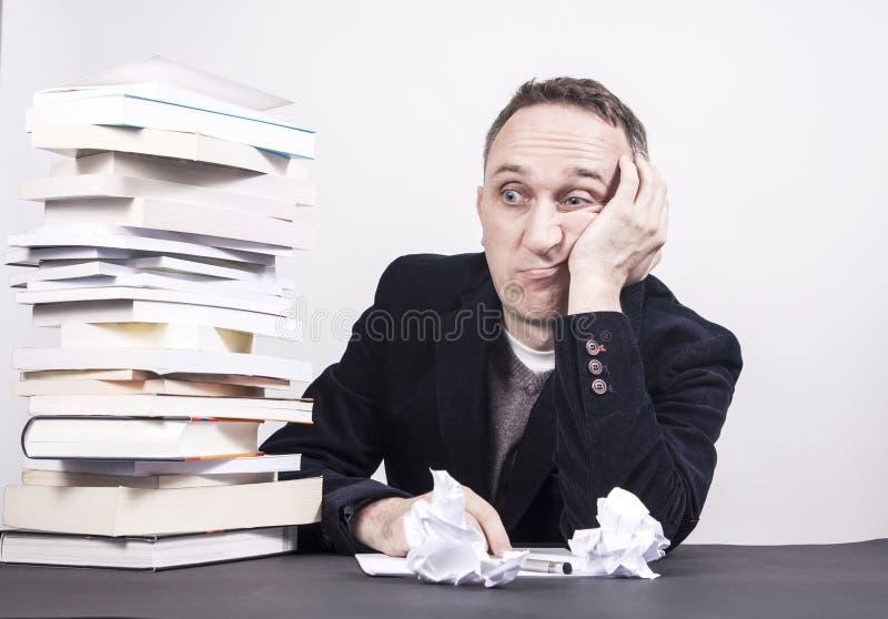 有书的人在与文字的书桌奋斗在白色背景 免版税图库摄影