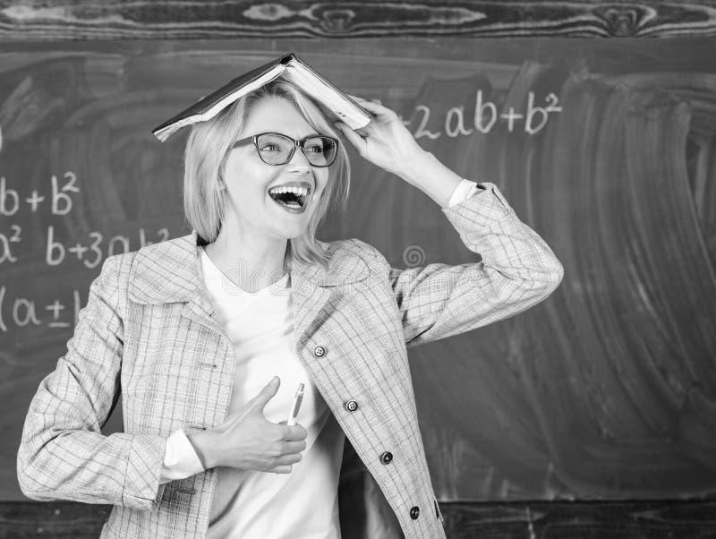 有书的妇女老师作为在头的屋顶 记住方法和活动 保留在头脑的信息知识 ?  库存图片