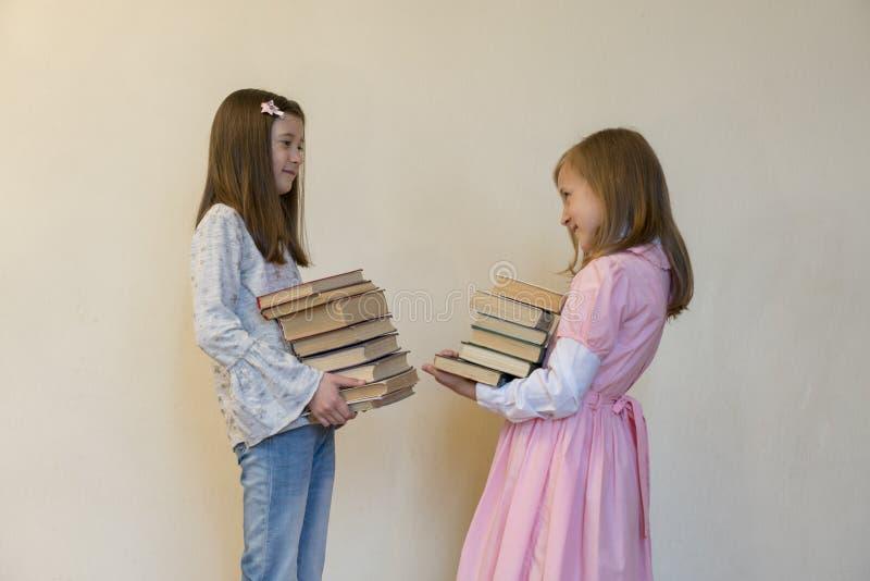 有书的孩子在他们的手上 r 免版税图库摄影