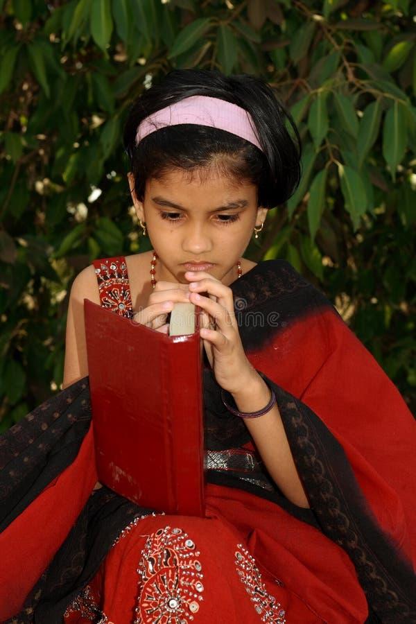有书的新亚裔女孩 图库摄影