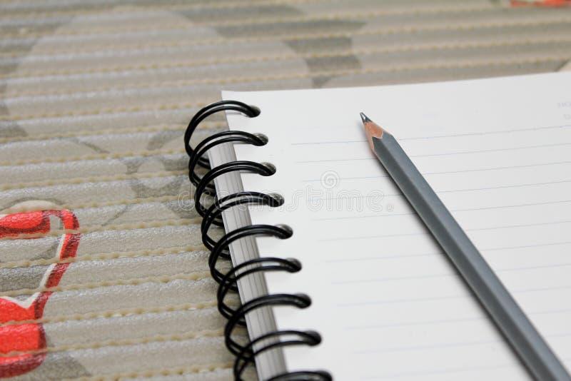 有书的铅笔在桌上 库存图片