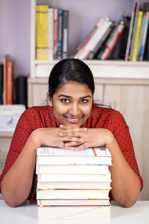 有书的年轻印度妇女 免版税库存照片