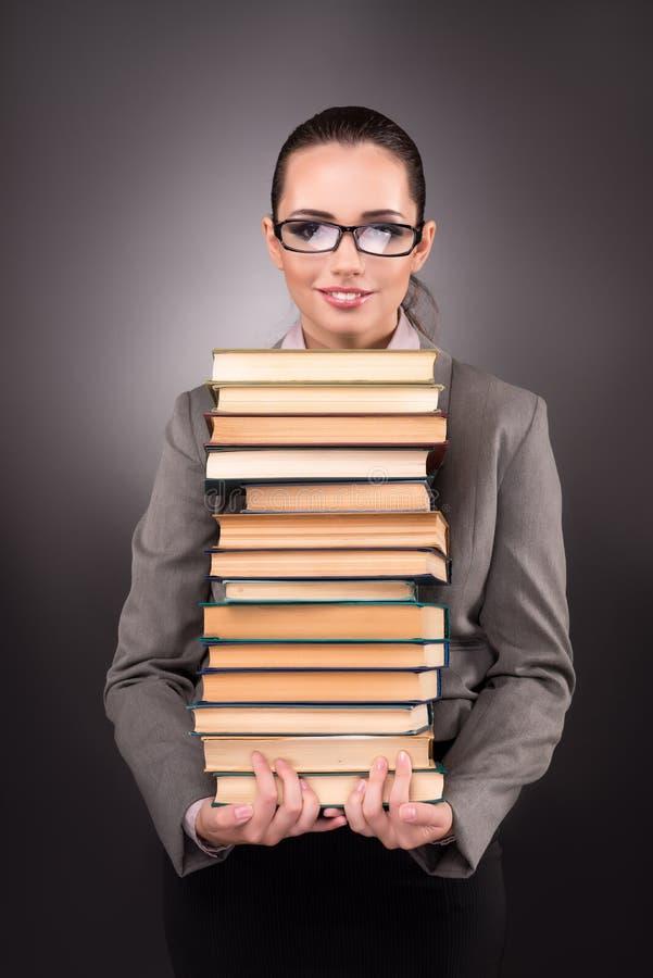 有书的年轻学生在教育概念 免版税库存图片