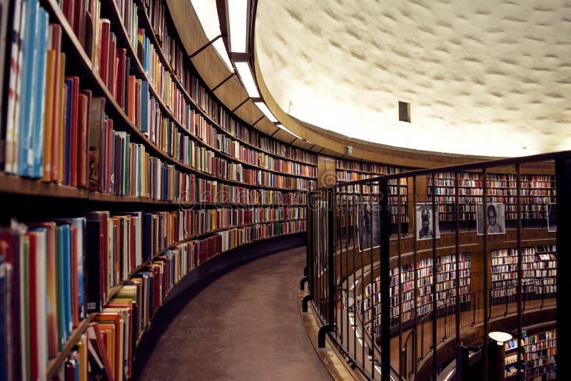 有书行的美丽的市立图书馆在几个水平的 免版税库存图片