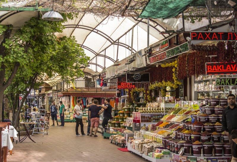 有买卖香料、果子土耳其快乐糖和许多其他项目的人的一繁忙的购物中心 库存图片
