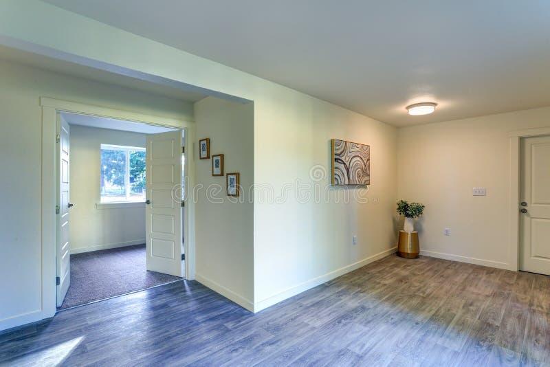 有乳状墙壁的空的门厅 库存照片