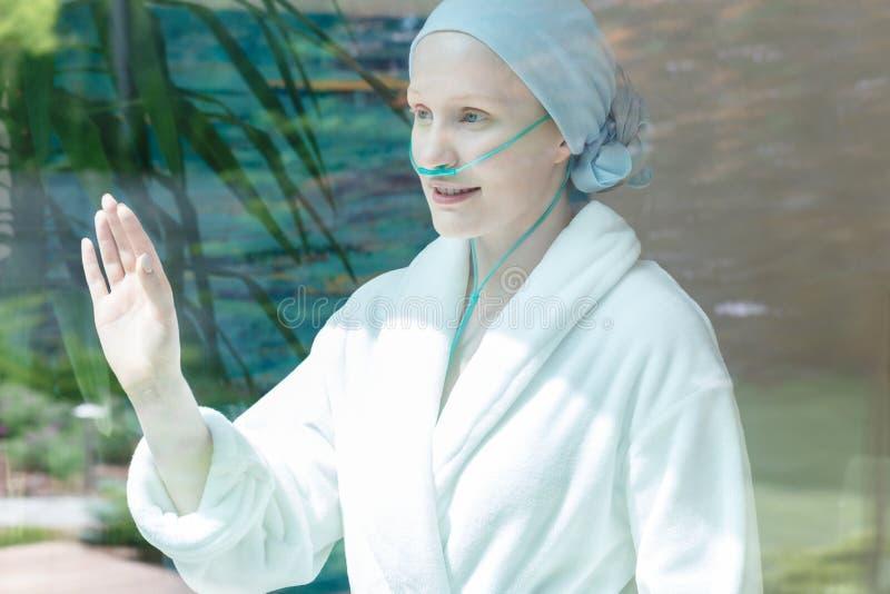 有乳腺癌的微笑的妇女 图库摄影