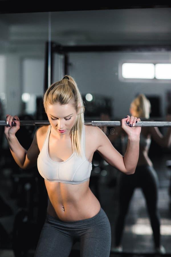 有了不起的形状的女孩在健身房 免版税库存图片