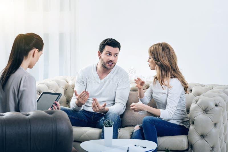 有了无欢乐的不快乐的夫妇争吵 库存图片