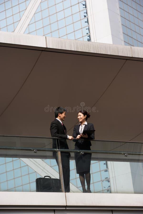 有二个企业的同事论述 库存照片
