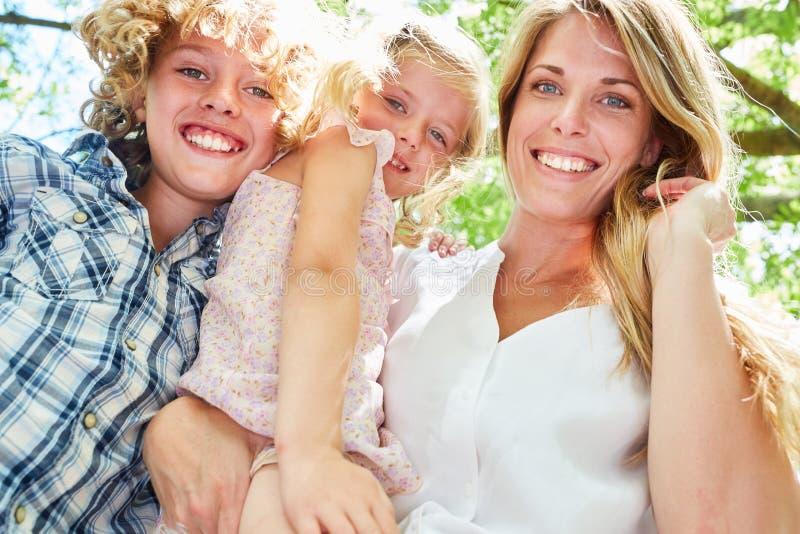有二个孩子的愉快的母亲 免版税库存图片