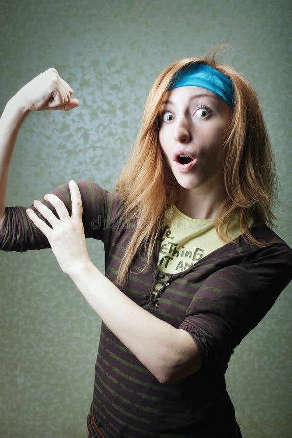 有二头肌的健身女孩 图库摄影
