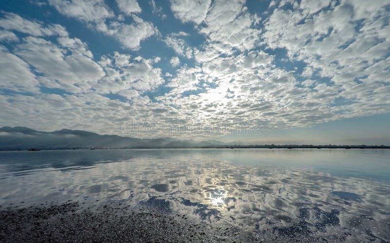 有云彩反射的Inle湖 免版税库存图片