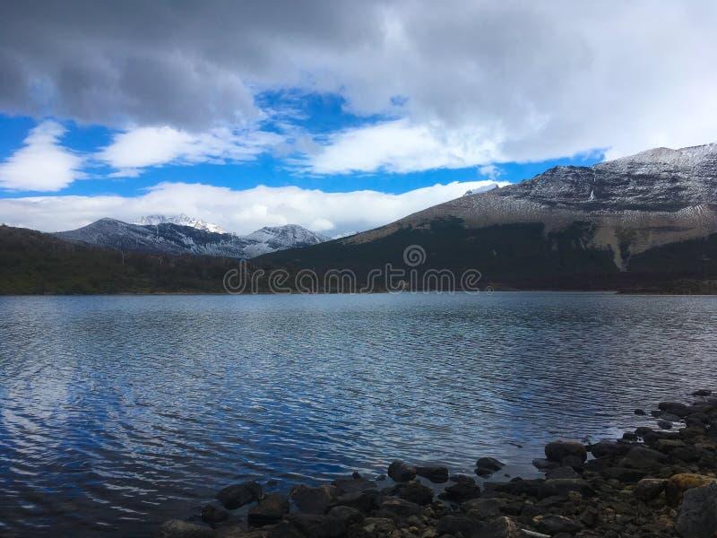 有云彩反射的Patagonia湖 库存图片