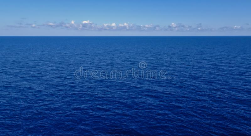 有云彩和天空的深蓝海在天际 库存图片