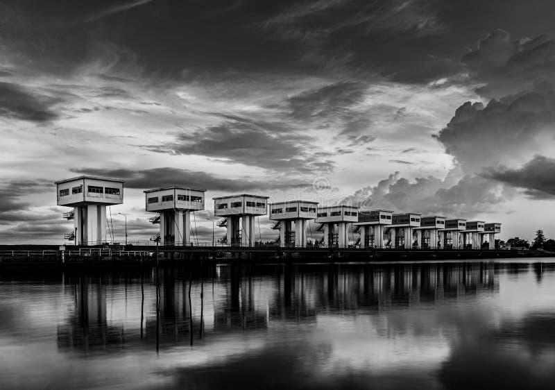 有云彩天空和河,黑白和单色样式的防水层 库存图片