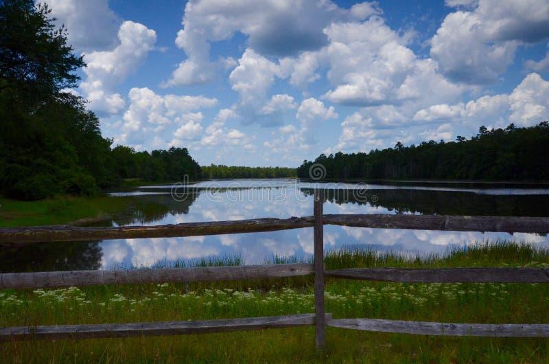 有云彩的反射的湖 库存照片