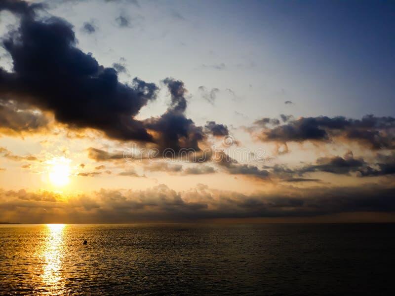 有云彩的海在阳光 库存图片